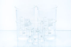 Uppsättning av konisk laboratoriumglasföremål av olik kapacitet Royaltyfri Bild