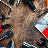 Uppsättning av konstruktionshjälpmedel på träbräde som skiftnyckeln, hammare, pli Royaltyfri Fotografi
