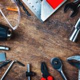 Uppsättning av konstruktionshjälpmedel på träbräde som skiftnyckeln, hammare, pli Arkivfoton