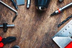 Uppsättning av konstruktionshjälpmedel på träbräde som skiftnyckeln, hammare, pli Royaltyfria Foton