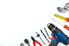 Uppsättning av konstruktionshjälpmedel på vit bakgrund som skiftnyckeln, hammare, Arkivfoton