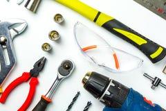 Uppsättning av konstruktionshjälpmedel på vit bakgrund som skiftnyckeln, hammare, Royaltyfri Fotografi