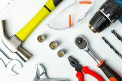Uppsättning av konstruktionshjälpmedel på vit bakgrund som skiftnyckeln, hammare, Royaltyfri Bild