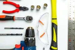 Uppsättning av konstruktionshjälpmedel på vit bakgrund som skiftnyckeln, hammare, Fotografering för Bildbyråer