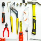 Uppsättning av konstruktionshjälpmedel på vit bakgrund som skiftnyckeln, hammare, Arkivbild