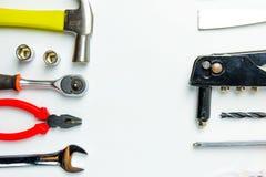 Uppsättning av konstruktionshjälpmedel på vit bakgrund som skiftnyckeln, hammare, Royaltyfria Bilder