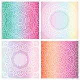 Uppsättning av 4 kort med den blom- mandalaen på mjuk lutningbakgrund Arkivfoto