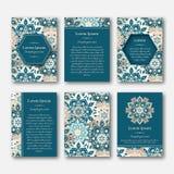 Uppsättning av kort, reklamblad, broschyrer, mallar med hand dragen manda royaltyfri illustrationer