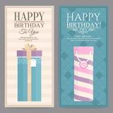 Uppsättning av kortet för födelsedag två med gåvaaskar tappning för stil för illustrationlilja röd Royaltyfri Fotografi