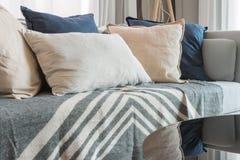 Uppsättning av kuddar och soffan med den vita lampan i modern vardagsrum Royaltyfria Bilder