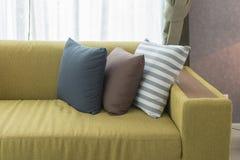 Uppsättning av kuddar på den moderna soffan i modern vardagsrum Royaltyfri Bild