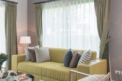 Uppsättning av kuddar på den moderna soffan i modern vardagsrum Royaltyfri Foto