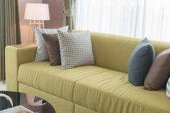 Uppsättning av kuddar på den moderna soffan i modern vardagsrum Arkivbilder
