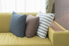 Uppsättning av kuddar på den moderna soffan i modern vardagsrum Royaltyfria Bilder