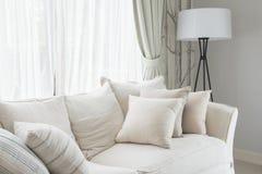 uppsättning av kuddar på den vita klassiska soffan i vardagsrum Royaltyfria Bilder