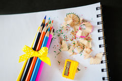 Uppsättning av kulöra blyertspennor med vässaren och shavings Royaltyfria Foton