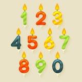 Uppsättning av kulöra glansiga stearinljus för födelsedagkaka Isolerat på ljus bakgrund med brandflamman Royaltyfria Bilder