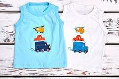 Uppsättning av kulöra utskrivavna t-skjortor för ungar Royaltyfria Foton