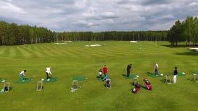 1 3 Uppsättning av längd i fot räknat med golfare som spelar i golf om den soliga dagen, ett grönt gräs för utmärkt golfklubb lager videofilmer