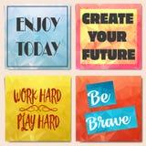 Uppsättning av låga poly broschyrer med motivation Arkivbild