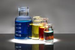 Uppsättning av laboratoriumflaskor med flytande arkivfoto