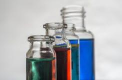 Uppsättning av laboratoriumflaskor med flytande royaltyfria foton