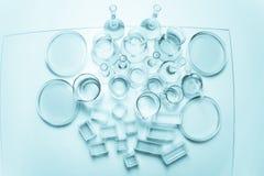 Uppsättning av laboratoriumglasföremål av olik kapacitet Arkivfoto