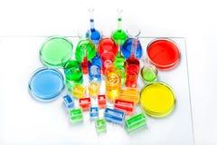 Uppsättning av laboratoriumglasföremål av olika kapacitet och former Royaltyfria Bilder