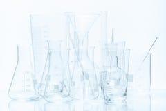 Uppsättning av laboratoriumglasföremål av olika kapacitet och former Arkivbild
