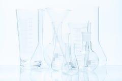 Uppsättning av laboratoriumglasföremål av olika kapacitet och former Royaltyfri Bild