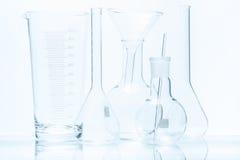 Uppsättning av laboratoriumglasföremål av olika kapacitet och former Arkivbilder