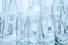 Uppsättning av laboratoriumglasföremål av olika kapacitet och former Royaltyfri Foto