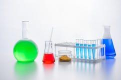 Uppsättning av laboratoriumglasföremål LABORATORIUMANALYS chemical reaktion Kemiskt experiment genom att använda olika delar arkivbild