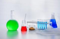 Uppsättning av laboratoriumglasföremål LABORATORIUMANALYS chemical reaktion Kemiskt experiment genom att använda olika delar royaltyfri bild