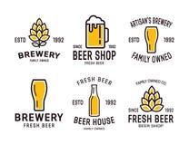 Uppsättning av linjära bryggerilogoer Etiketter med flaskor stock illustrationer