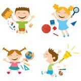 Uppsättning av lyckliga skolbarn med skolatillbehör Royaltyfri Bild