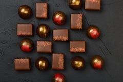 Uppsättning av lyxiga handgjorda konfektar på svart bakgrund arkivfoto