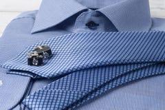 Uppsättning av mäns kläder och tillbehör på träbakgrund eleganta tillbehörstycken som isoleras på den vita trätabellen Fotografering för Bildbyråer