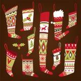 Uppsättning av mång--färgade stack mönstrade julsockor av olika former vektor illustrationer