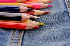Uppsättning av mångfärgade blyertspennor i jeansfack Arkivfoton