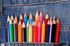 Uppsättning av mångfärgade blyertspennor i jeansfack Royaltyfria Bilder