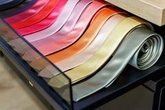 Uppsättning av magra slipsar för olik färg i ett manklädlager Arkivbilder