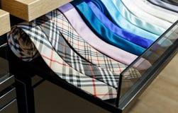 Uppsättning av magra slipsar för olik färg i ett manklädlager Royaltyfria Bilder