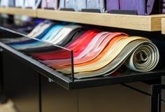 Uppsättning av magra slipsar för olik färg i ett manklädlager Arkivbild