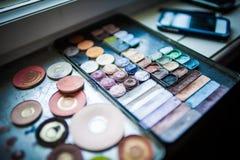 Uppsättning av makeup och skönhetsmedel Arkivbild