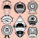 Uppsättning av mallar för emblem i utbildning Arkivbild