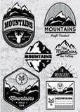 Uppsättning av mallar för emblem med berg Royaltyfri Foto