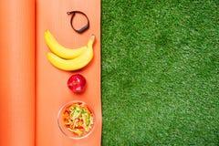 Uppsättning av mat för sportar och armbandet för sportar, begrepp på gräsbakgrundsstället för inskrift Royaltyfria Foton