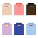 Uppsättning av moderiktiga färgrika mäns skjortor med flugor Fotografering för Bildbyråer