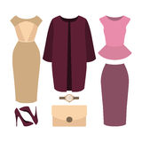 Uppsättning av moderiktiga kvinnors kläder Dräkten av kvinnalaget, klänning, skidar Royaltyfri Foto